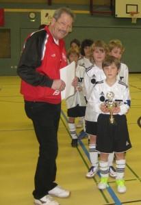 Turnierkoordinator Frieder Jahn bei der Pokalübergabe